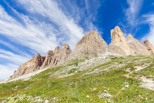 Вершины доломитовых альп на фоне красивого голубого неба. южный тироль, италия