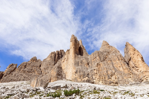 Вершины доломитовых альп под красивым голубым небом. южный тироль, италия