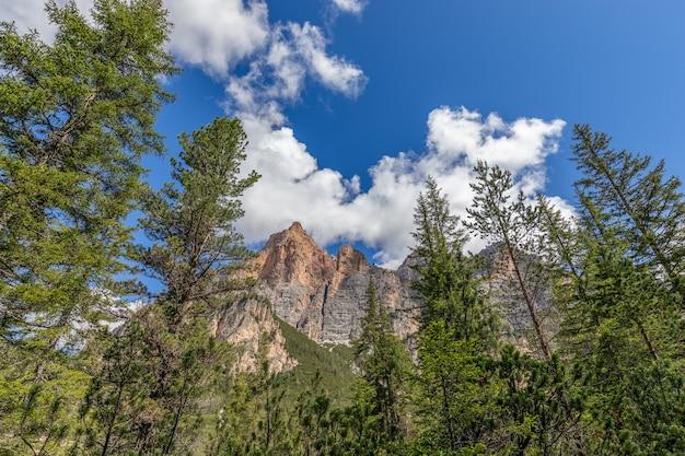 Вершины итальянских доломитовых альп на фоне голубого неба.