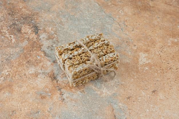 Арахисовые ломтики в веревке на мраморном фоне