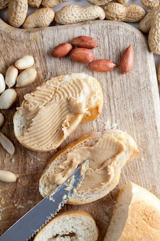 ピーナッツバターとパン Premium写真