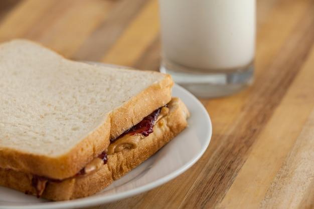 Арахисовое масло и джем сэндвич на тарелке