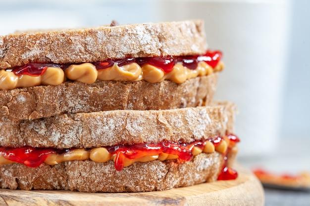 ピーナッツバターとジャムのサンドイッチ
