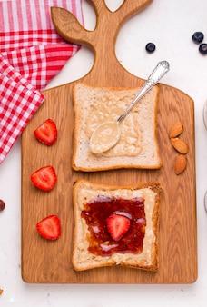 Бутерброды с арахисовым маслом и желе