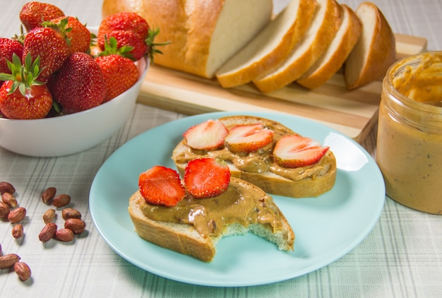 Бутерброды с арахисовым маслом и клубникой завтрак вид сверху