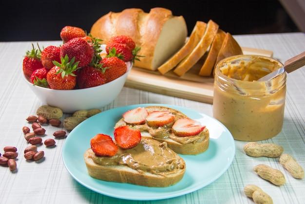 Бутерброды с арахисовым маслом и клубникой. бутерброд с арахисовым маслом и клубничным желе