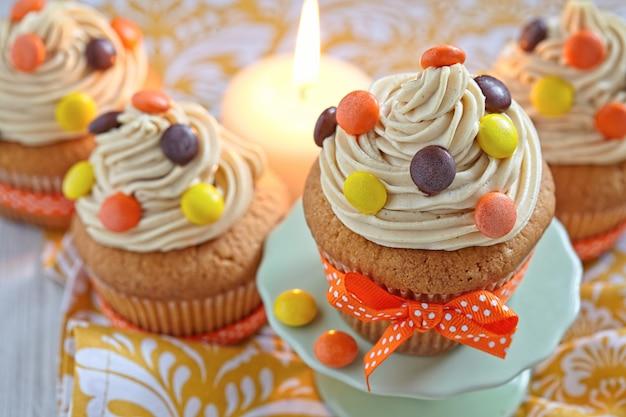 秋の秋の休日のために装飾されたピーナッツバターのカップケーキ