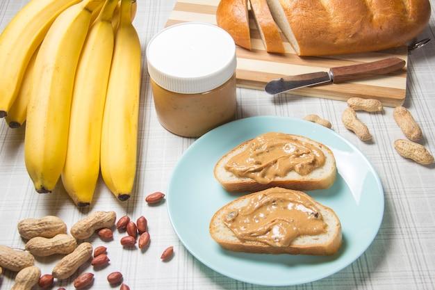 땅콩 버터 덩어리 바나나 땅콩 버터로 아침 식사