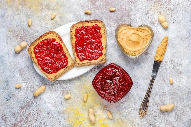 ラズベリージャムとピーナッツバターのサンドイッチまたはトースト。