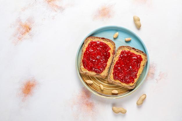 ピーナッツバターのサンドイッチまたはラズベリージャムのトースト。