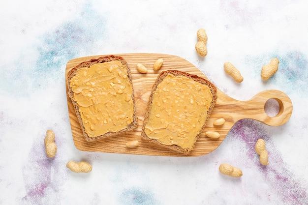 Бутерброды с арахисовым маслом или тосты с малиновым джемом.