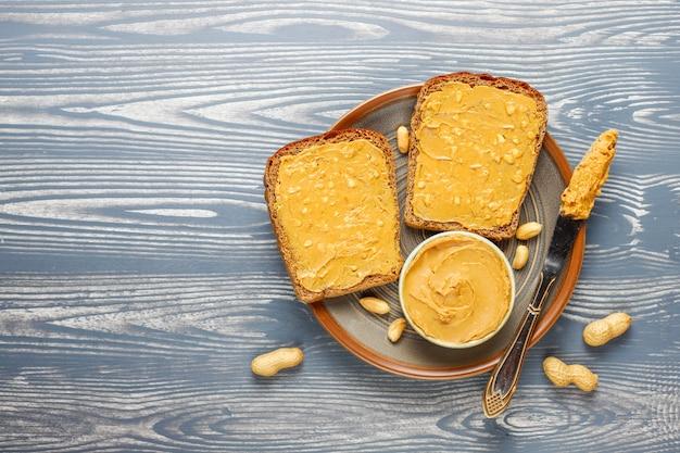땅콩 버터 샌드위치 또는 토스트.