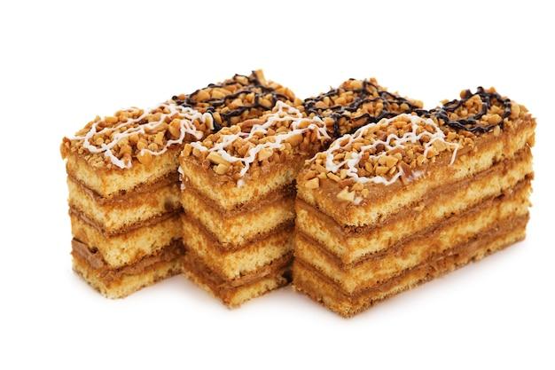 고립 된 크림 장식으로 장식 된 땅콩 케이크