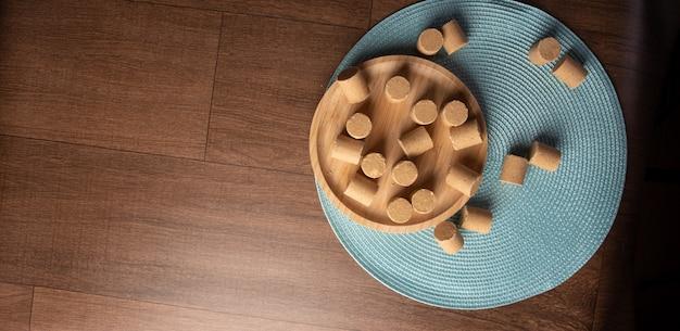 Арахисовые конфеты (пашока или пакока) традиционные бразильские конфеты на основе арахиса, расположенные на синей скатерти на столе. вид сверху.