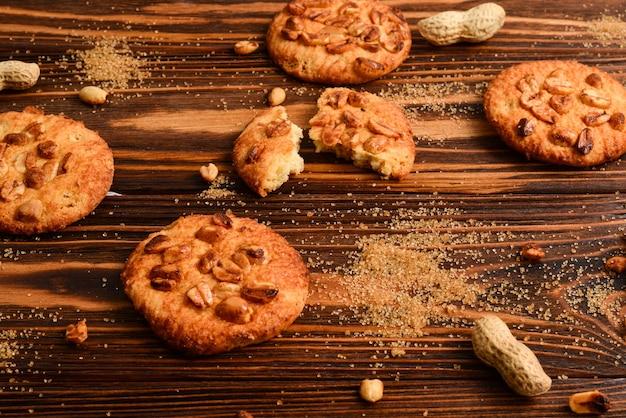 砂糖と木製のテーブルの上のピーナッツクッキー。
