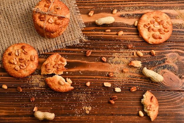 Арахисовое печенье на деревянном столе с сахаром.