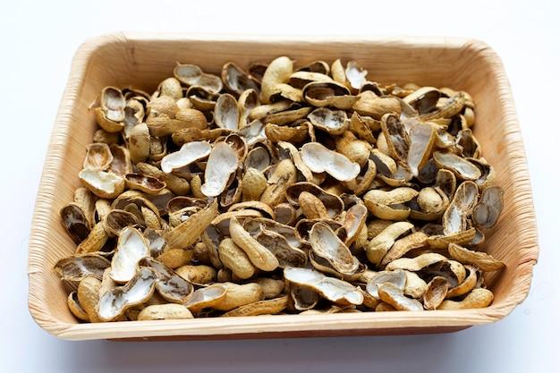 白のプレートのピーナッツの殻
