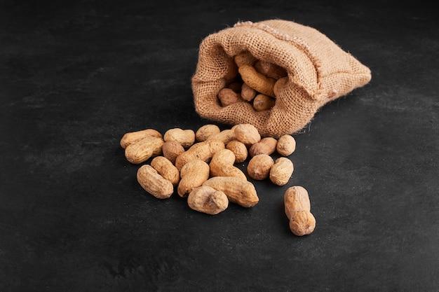 Gusci di arachidi da un pacco rustico.