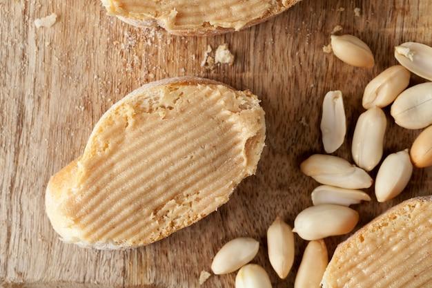 ピーナッツはペーストに使用され、ピーナッツバターはパンのサンドイッチを作るために使用され、パスタは本物のローストピーナッツから作られます