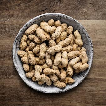 Плоские арахисы лежат на деревянном столе