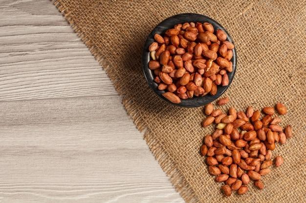 黒いボウルにピーナッツを入れ、その横に荒布を敷きます。コピースペースのある上面図
