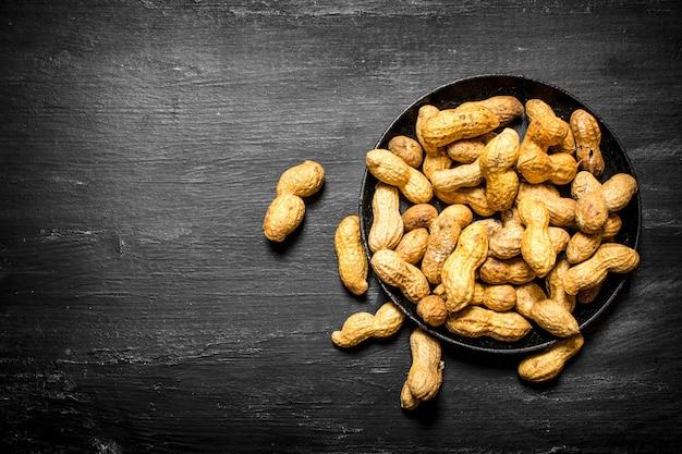 古いプレートのピーナッツ。