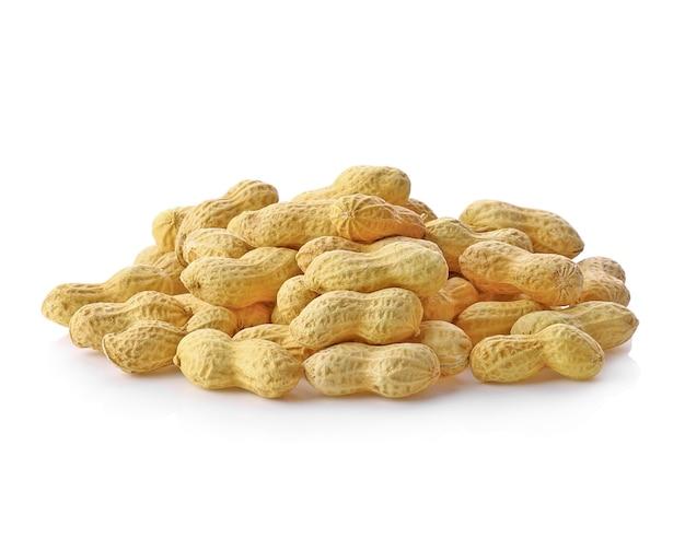 白い背景に分離されたピーナッツ。