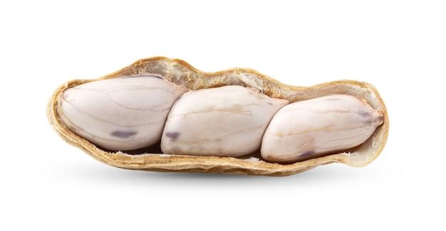 Арахис, изолированные на белой поверхности