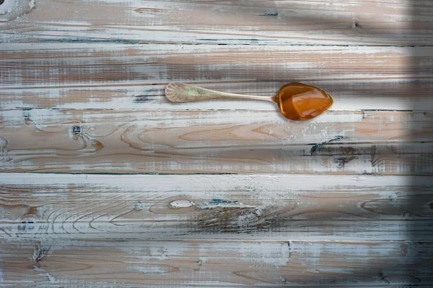 나무 배경에 복사 공간이 있는 창의적인 개념적 평면 배치 구성의 땅콩 잼