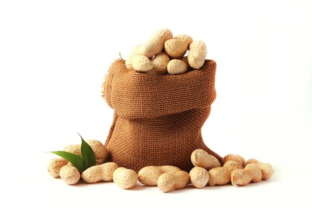 明るい背景のクローズアップのピーナッツ。高品質の写真