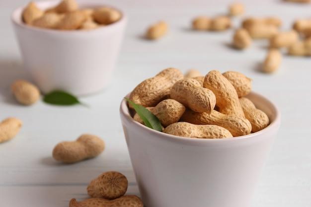 明るい背景のクローズアップナッツのピーナッツ