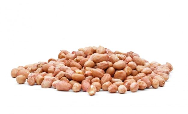 白い背景の上に袋にピーナッツ生の穀物