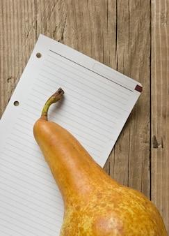 梨と木製の背景に関する注意