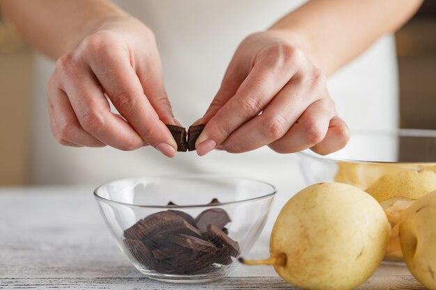 洋ナシとバナナのチョコレートがアイスクリームとキャラメルで崩れる