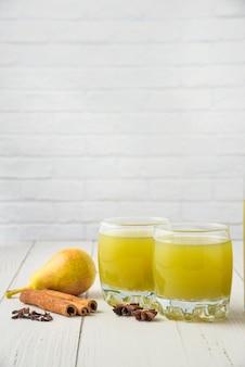 梨と木製のテーブルの上のガラスのコップのジュース