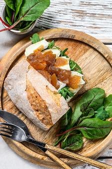 염소 치즈, 근대 및 발사믹 식초를 곁들인 배 브루스케타