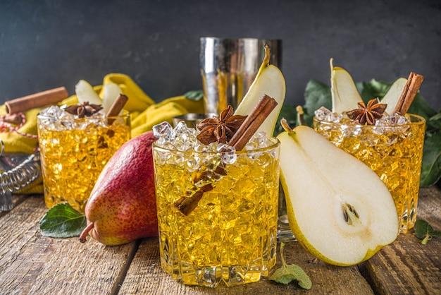 スパイスと洋ナシのサイダーカクテル。伝統的な秋と冬の冷たい飲み物