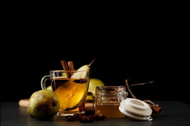 夜のキッチンテーブルの上の梨サイダー