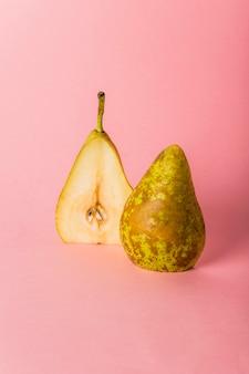 La pera è tagliata a metà