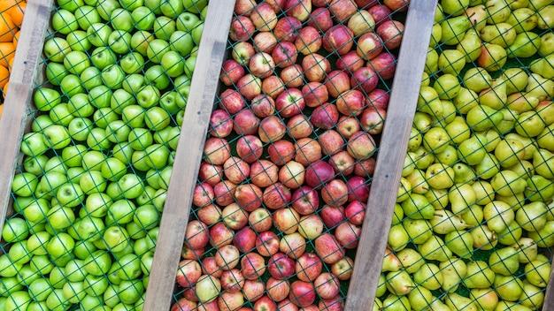 梨、緑と赤のリンゴの背景、装飾、インストール。