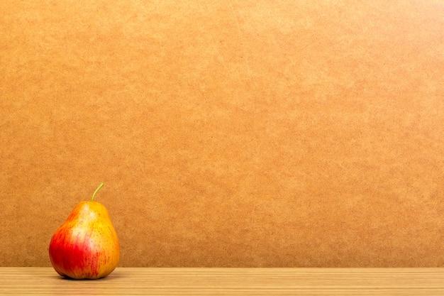 木製のテーブルに梨