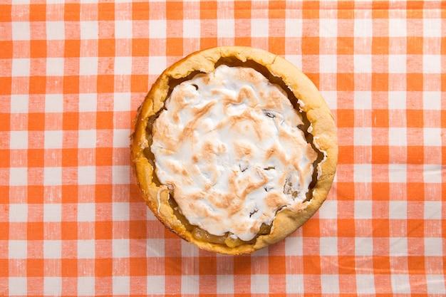 Грушевый пирог со сливками, домашняя выпечка на столе с апельсиновой салфеткой. скопируйте пространство.