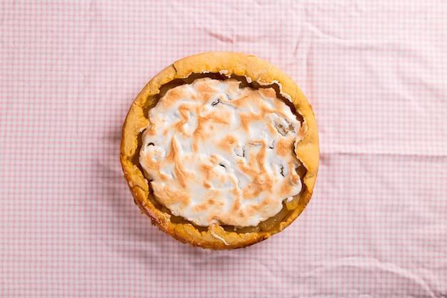 Грушевый пирог со сливками, домашняя выпечка на столе с розовой салфеткой. скопируйте пространство.