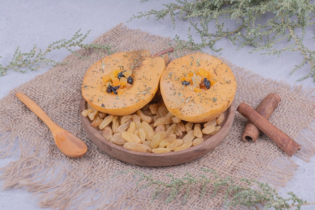 サルタナとシナモンと木の板の梨のスライス