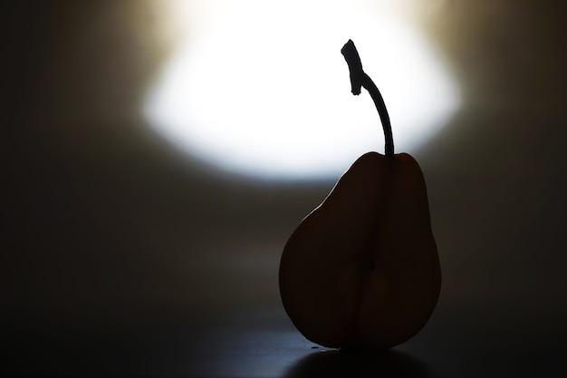 黒の背景に梨のスライス。プレートの梨と梨のスライスの上面図。