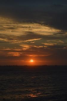 美しい夕日と梨