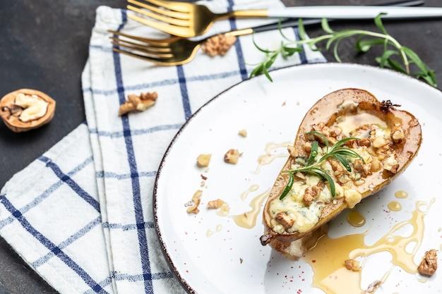 Груша с голубым, сыром, медом и грецкими орехами на светлом фоне. здоровое и диетическое питание. вид сверху.