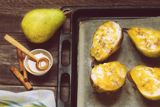 Груша с сыром рикотта, медом и корицей на деревенском деревянном фоне. здоровый и диетический десерт. вид сверху.