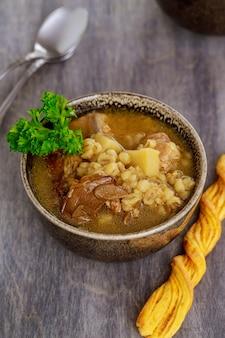 Перловый суп с грибами и картофелем. здоровая пища.
