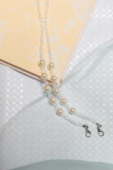 Жемчужное ожерелье в пастельных тонах